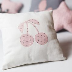 """Petit coussin coton blanc et motif """"cerises"""" rose à petites cerises grises pour la chambre de bébé"""