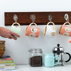 Recycle old spoons by creating a rack for your mug collection Watch and learn how to do it here! The post Spoon Rack appeared first on Garden ideas - Upcycled Home Decor Upcycled Home Decor, Upcycled Crafts, Diy Home Crafts, Wood Crafts, Barb Wire Crafts, Key Crafts, Recycled Decor, Diy Home Decor Easy, Pallet Crafts