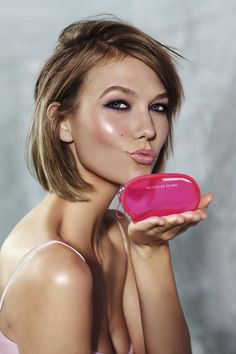 Karlie Kloss. Smokey eyes, mid length bob and smokey pink lips.