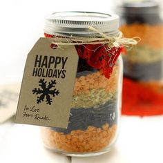 Mason Jar Gift Idea- Curried Lentil and Wild Rice Soup can be made in minutes. Your gift-receivers will just need to add water! Mason Jar Candles, Mason Jar Diy, Pot Mason, Mason Jar Bebidas, Jar Food Gifts, Gift Jars, Mason Jar Mixes, Dry Soup Mix, Soup Mixes