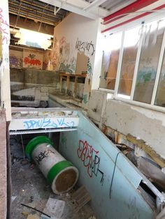 """La """"cité Foch"""" : un centre commercial abandonné qui comprenait aussi un centre de fitness (dont restent encore les saunas et jacuzzis abandonnés) et un cinéma. Sur la photo, l'accès : on a dû escalader le """"pont"""" blanc et ensuite grimper le long des ruines restantes."""