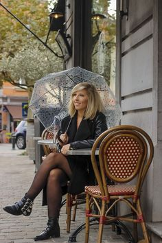 Parapluie cloche, parapluie dome, dome umbrella, birdcage umbrella, rainy outfit, tenue de pluie, le monde du parapluie Birdcage Umbrella, Transparent Umbrella, Cloche, Madame, Hipster, Outfits, Style, Fashion, Rainy Outfit