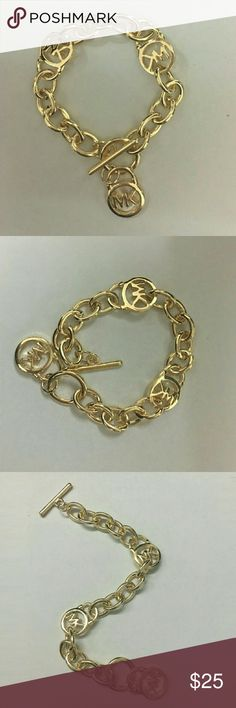 Michael Kors Logo Lock Link Bracelet Metal:Stainless steel  Brand:Michael Kors  Color:gold Width:0.50 inches    Length:8.50 inches      Clasp:Toggle  Package contain:1*bracelet+1*jewelry bag Jewelry Bracelets