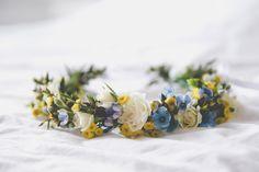 Couronne de fleurs AvrilMai - photo: esoler photographie - anémones, renoncules, craspedia, camomille,...  #avrilmai #mariage #fleurs #couronne #bridescrown #flowercrown #crown #wedding