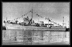 John Wayne a acheté le 'Wild Goose' en 1962 pour 116,000$ de l'époque - A l'origine, en 1943, le Yacht avait été construit en tant que dragueur de mines (YMS-328) par la 'Ballard Maritime Railroad Company' pour l'US Navy.  Sa coque était en bois car principalement conçue pour la navigation dans les ports et aux proximités des littoraux.