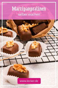Das perfekte süße Geschenk für alle, die Schokolade und Marzipan lieben! Du gehörst auch dazu? Dann mache dir die Pralinen doch einfach für dich selbst! #rezept #pralinen #marzipanpralinen #mitbringsel #geschenk #schokolade #schoko #nuss #idee Food Suppliers, Don't Give Up, Prosecco, Bakery, Deserts, Muffin, Sweets, Candy, Postres