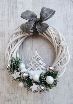 Stylowi_pl_wnetrza_christmas wreath in 39057340 bieli Awesome Christmas Wreaths Ideas For All Types Of Decor świeta - Stylowi.a bit bland, but I like the overall ideawhite and silver wreath Christmas Makes, Noel Christmas, Winter Christmas, Christmas Ornaments, Christmas Yard Decorations, Holiday Wreaths, Diy Wreath, White Wreath, Grapevine Wreath