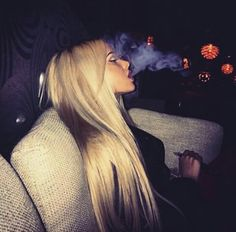 blonde, girl, and smoke Bild