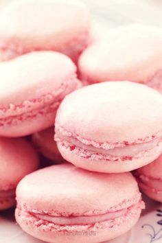 A crispy pink macaron with foamy strawberry frosting in the middle. A delightful dessert. Macarons Rose, Pink Macaroons, Macaroon Cookies, Fundo Pink, Wallpapers Rosa, Wallpapper Iphone, Pink Foods, Ice Cream Cookies, Icecream Bar