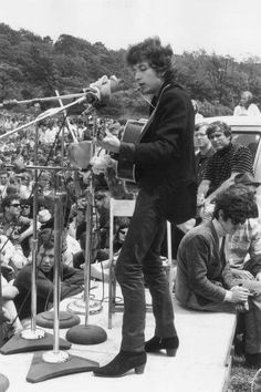 Bob Dylan. Skinny jeans are back. And the boots. ( That looks like Donovon sitting on the stage. )