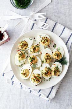 Täytetyt kananmunat ovat aika fiksu keksintö. Keitetty munanpuolikas on kuin pieni kulho, joka kuin odottaa täytettä.