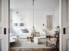 El color blanco se asocia a la pureza, la tranquilidad y para muchos se convierte en un estilo de vida. Te mostramos pisos decorados en blanco.