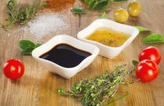 Looking for an easy way to dress your salad? Here are a few salad dressings you can make yourself: Starting Simply The simplest salad dressing you can make Healthy Detox, Detox Recipes, Vinaigrette, Cilantro, Serving Bowls, Stuffed Peppers, Meals, Cooking, Tableware