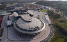 ..Milionario cinese si è fatto costruire una replica dell'Enterprise di Star Trek... ....Un milionario cinese (che secondo indiscrezioni possiede un patrimonio ancora più grande di quello della Regina di Inghilterra) fondatore della società NetDragon Websoft e tra gli azionisti di Ba #startrek