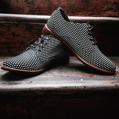 Nuestros zapatos derby en cuero negro con folia de puntos blancos y suela de madera son perfectos para estos días de amor y amistad! #belikepardo #viaprovenza (at Pardo)