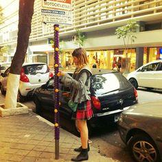 9/13 ⚡13pompons⚡ #13pompons #instapompons #fashion13pompons #linhascirculo #yarnbomb #yarnbombing (em Conjunto Nacional)