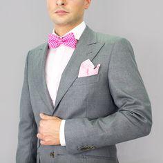 Chaqueta americana para caballero con americana entallada solapa de pico. Tejido de alta calidad de lana 100% en tono gris claro. #moda #hombre #caballero #gentlemen #diseño #bespoke #coleccion #trajes #sastrería #granada #madeinspain #artesanal #hechoamano #handmade #chaquetas www.lacolonial.eu