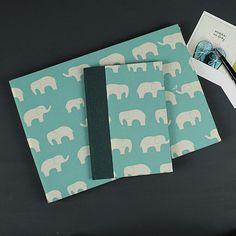 Babyfotoalbum und Babytagebuch in türkis grün mit weißen Elefanten. Ein besonderes Geschenk zur Geburt oder Taufe. Personalisierbar