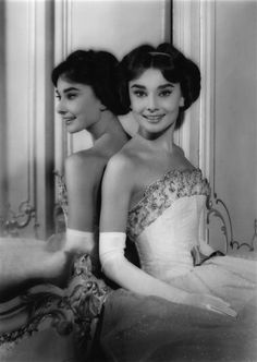 In honor of our Old Hollywood Glamour Theme for the 2013 Pageant - this photo of Audrey Hepburn at the Beverly Hills Hotel, 1954 seems so fitting. Audrey Hepburn Poster, Audrey Hepburn Outfit, Audrey Hepburn Mode, Aubrey Hepburn, Glamour Hollywoodien, Robes Glamour, Old Hollywood Glamour, Classic Hollywood, Hollywood Stars
