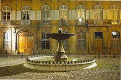 Petit joyau de la ville, la Place d'Albertas se niche au cœur des ruelles d'Aix. Ancien hôtel particulier des Albertas, l'une des plus grandes familles d'Aix-en-Provence, l'édifice sera doté au XVIIIe siècle d'une élégante petite place conçue selon la mode parisienne des places royales.