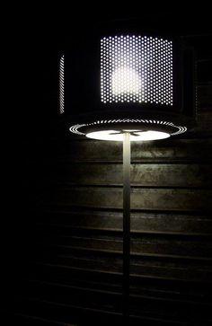 Lampada creata con il cestello interno di una lavatrice