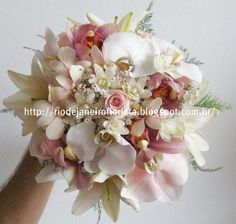 Para fazer este bouquet eu usei 3 tipos de orquidéas: Denphal, phalaenopsis, cymbidium , rosa bebê, angélicas, lírio branco e chuva de prata.