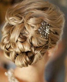 göndör esküvői frizurák - göndör menyasszonyi frizura