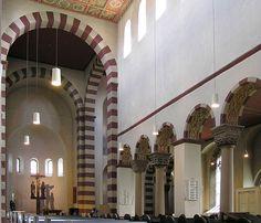 Wnętrze kościoła św. Michała z tzw. alternacją podpór (2 kolumny, filar)
