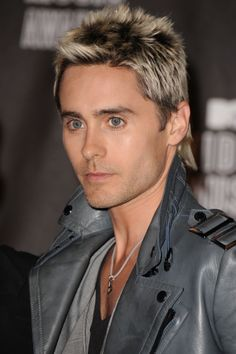 Jared Leto rocks platinum blonde tips at the 2010 VMAs. Jared Leto Blonde, Jared Leto Hair, Jared Leto Oscar, Bleached Tips, Boys Colored Hair, Blonde Tips, Hair Evolution, Shannon Leto, Bleach Blonde