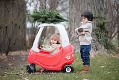 12 Outdoor Family Holiday Card Ideas That Aren't a Tree Farm - Brit + Co Funny Christmas Photos, Family Christmas Cards, Christmas Tree Farm, Holiday Photos, Family Holiday, Christmas Humor, Holiday Cards, Funny Kids Homework, Funny Pictures For Kids