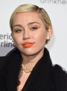 Find out what Miley Cyrus's new, and very expensive, home with Liam in Malibu, California looks like. Malibu Mansion, Malibu Beach House, Malibu Homes, Miley And Liam, Miley Cyrus News, Liam Hemsworth, Teen Vogue, Popular Music, Female Singers