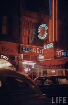 30 Stunning Vintage Photos of New York City in the ~ Vintage Everyday / A night image of Beef Steak Charlie's restaurant all lit up in neon on the street and Broadway area, Vintage Photography, Street Photography, Color Photography, Wedding Photography, Famous Bar, Trump Building, Rose Bar, Etnia Barcelona, Yorky