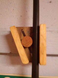 Wooden broom holder i kinda see a cork with slant cut chop stick in use here. Workshop Storage, Workshop Organization, Tool Storage, Woodworking Jigs, Woodworking Projects, Carpentry, Wooden Broom, Broom Hanger, Bois Diy