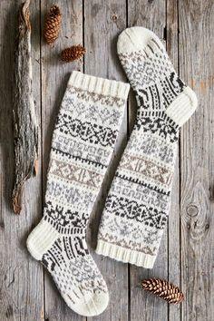 Kalevalan kaikuja -villasukat – Merja Ojanperän ohje | Meillä kotona Knitting Stitches, Knitting Socks, Knitting Patterns, Sewing Patterns, Crochet Socks, Knit Crochet, Wool Socks, Handmade Handbags, Designer Socks