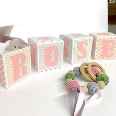Cubes lettres prénom en carton épais et tissu imprimé pour chambre d'enfant motifs : rose, verts, gris et beige : Autres par ideecreation