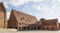 """Das neue Gemeindehauses """"Kannikegården"""" fügt sich dank der Ziegelsilhouette problemlos in das historische Stadtbild ein."""