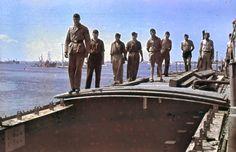 1941, Libye, Benghazi ou Tripoli, Marinefährprahm allemande (ou Motozattera italienne) ancré dans le port | Photos originales en couleurs - Original color photos.