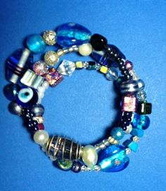 schönes Spiralarmband in Blautönen, passend für alle Handgelenke. Sehr modisch, ein echter Hingucker.