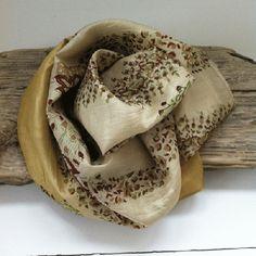 """VAKKERT! skjerf i 100% silke av resyklert indisk sari. Silkesjkjerfet er preget av at det er båret av en person, som sari, i mange år - og er derfor ikke """"perfekt"""", slik at små hull eller små flekker forkommer. Men subtilt, slik at det kun gir skjerfet patina og sjarm. Det er unikt - KUN ett eksemplar av hvert skjerf.    Infinitymodell. Det er bare å ta skjerfet to ganger rundt halsen og det vil alltid ligge pent - ingen jobb å style på plass...  www.farmhousedesign.no"""