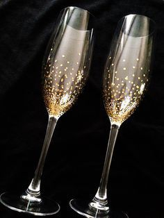 Champagne Wedding Flutes - Set of 2 - Wedding glasses - hand painted - Bride and Groom - Gold points - Brilliant Wedding Bride And Groom Glasses, Wedding Wine Glasses, Diy Wine Glasses, Decorated Wine Glasses, Wedding Champagne Flutes, Painted Wine Glasses, Champaign Glasses, Wine Glass Crafts, Deco Table