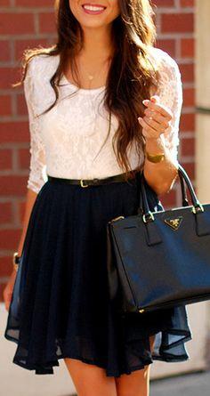 Aquel vestido los colores es blancos y azul marino. Este vestido tiene un cinturón.