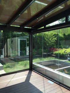 TERRADO glasdaksysteem met geïntegreerde zonwering, led-verlichting, spie-element, glazen schuifwanden, screen en aluminium vloer.