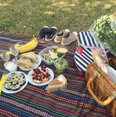 Find images and videos about cute, food and friends on We Heart It - the app to get lost in what you love. Picnic Date, Summer Picnic, Beach Picnic Foods, Comida Picnic, Jai Faim, Little Lunch, Romantic Picnics, Aesthetic Food, Love Food