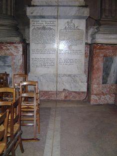 Base do Obelisco de Saint Sulpice.