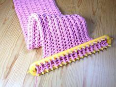 Tejiendo cuello bufanda de estilo punto panal en telar rectangular