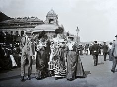 Promenading at the Spa in the South Bay, Scarborough, North Yorkshire. In the distance, on the left, is the Grand Hotel. Edwardian Era, Edwardian Fashion, Victorian Era, Historical Clothing, Historical Photos, Yorkshire England, England Uk, North Yorkshire, Old Pictures