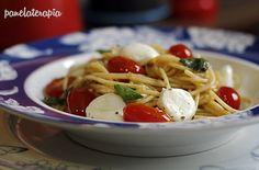 Macarrão Integral Caprese  –  Panelaterapia Pasta, Italian Recipes, Italian Foods, Spaghetti, Easy Meals, Food Porn, Veggies, Low Carb, Vegan
