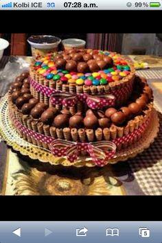 Torta con pirulines rellenos de chocolate, bombones de chocolate rellenos de maní y M