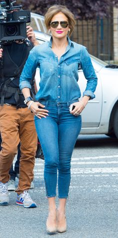 Jennifer Lopez doubled up on denim in a Mother denim shirt tucked into J Brand skinnies, accessorizing with Norman Silverman jewelry, aviators and nude pumps. Jean Outfits, Casual Outfits, Cute Outfits, Fashion Outfits, Womens Fashion, Dress Casual, Denim Outfit, Denim Shirt, Shirt Outfit