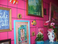 Nog meer roze op de muur.